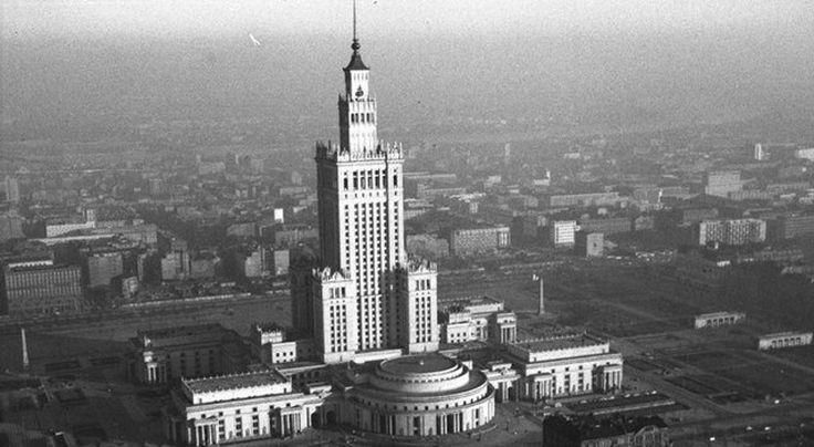 Wybudowany w latach 19521955 według projektu radzieckiego architekta Lwa Rudniewa budynek inspirowany jest moskiewskimi drapaczami chmur