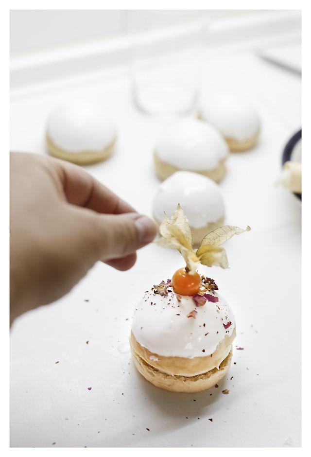 Petites brioches à l'eau de rose, au sirop rose-cardamome et blanc mangé aux épices, glaçage à la rose - Recette en espagnol - Aromatic buns with blanc-mange