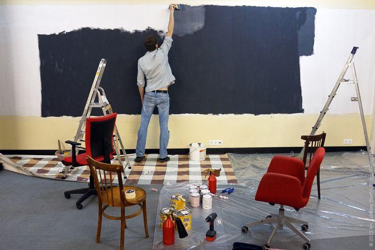 Магнитная стена. Инженер Святослав Дьяченко покрывает магнитной краской стену студийного лектория.