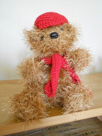 Bonjour, Voila encore un ours tout rond Il mesure 23 cm , toujours réalisé au crochet avec de la laine poilue La casquette et l'écharpe en coton Le nez ,les yeux sont avec des sécurité enfants, Les bras et les jambes sont articulés grace a des articulations...