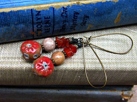 Rosso ciliegia con pois blu orecchino corniola di JeraLunaDesigns