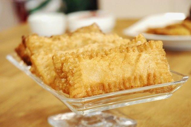 Elmalı Milföy Malzemeleri 2 adet elma 2 yemek kaşığı tereyağı ½ su bardağı şeker Tarçın 3 adet milföy yaprağı  Milföy hamurlarını küçük dikdörtgenler halinde kesin. Elmalı harç için; elmaları küçük doğrayın. Tereyağını eritin. Elmaları ve şekeri kavurarak renk verin. Kenara alıp, tarçın ekleyin ve karıştırın.  Milföy hamurlarının üzerine elmalı harcı yerleştirin. Diğer milföyü üzerine kapatıp, çatalla kenarlarına şekil verip, üzerine çizikler atın. Kızgın derin yağda milföyleri kızartın.