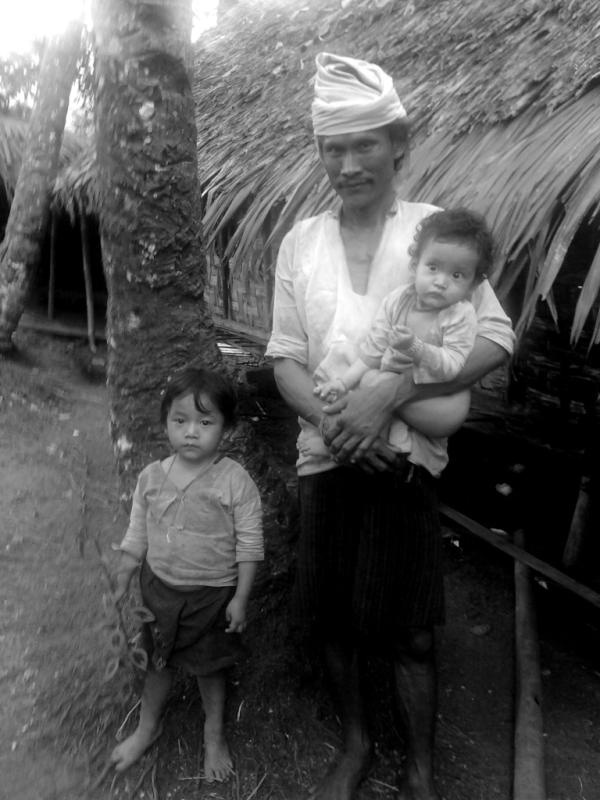 3 generation, Baduy Village,Indonesia #FriFotos http://t.co/hjDutsoH
