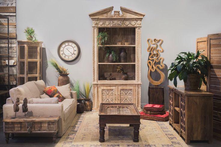 Salon. Armoire antique. Sofa. Table café. Sculpture. Cosy. Chic.