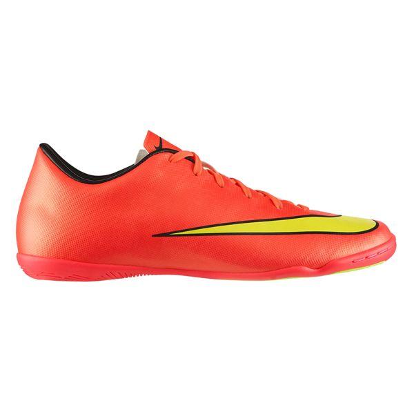 "Sepatu Futsal Nike Mercurial Victory V IC 651635-690 sepatu futsal ini terbuat dari bahan syntetic yang digunakan dan ""upper"" yang lembut dan membentuk cetakan kaki membuat pemakai bisa bergerak cepat tanpa kehilangan kontrol dan keseimbangan. Diskon 20% dari harga Rp 1.059.000 menjadi Rp 859.000."