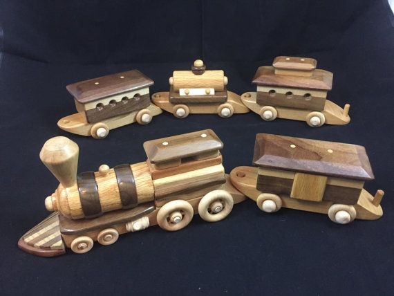 Fait à la main en bois jouet Model Train (lot 5 pc.) # 150924 Conçus et fabriqué pour jouer ou affichage One-Of-A-Kind  Main sûre et non toxique enfant poli finition naturelle haute brillance Recommandé pour les enfants de plus de 3 + ans.  TOUS LES CONSTRUCTION EN BOIS AUCUN métal des clous ou des vis  Fabrication artisanale de haute qualité que vous apprécierez...  * Essieux et roues sont faites de bois dur massif... * roues tournent librement sur essieux ciré  MENSURATIONS : L = 32 H…