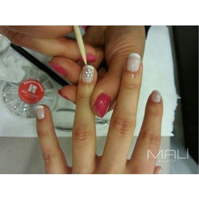 Küçük bir süslemeyle ellerinizi daha çok sevebilirsiniz.  #tirnak #handcare #hand #beautiful #girl