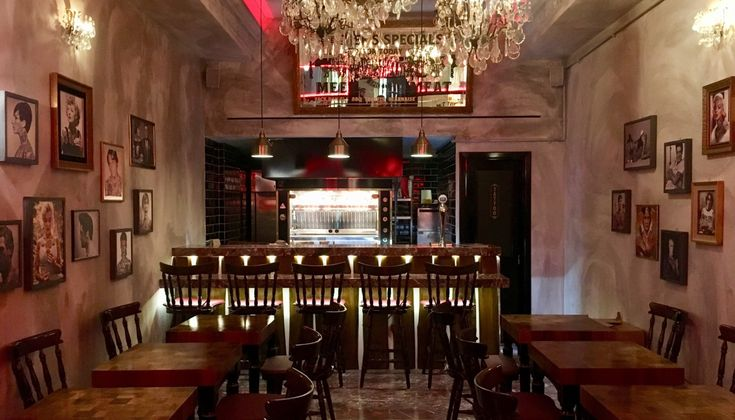 Πάπιες, κοτόπουλα και πορκέτες σιγοψήνονται στη σούβλα, με φόντο ένα νεοϋορκέζικο σκηνικό και λίγο από …Παρίσι. Το καινούργιο εστιατόριο του Γιώργου Μελισσάρη και του Γιώργου Κανελλόπολου μόλις άνοιξε στο Σύνταγμα.