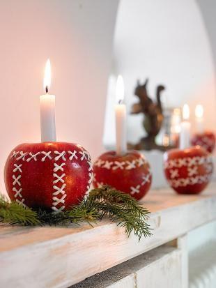 Rotbäckchen  Frisch poliert glänzen die roten Weihnachtsäpfel auf der Fensterbank. Eigene Muster kann man schnell mit weißem Zuckerguss aus der Tube aufbringen. Die Tannenbaumkerzen sind mit Wachstropfen fixiert.