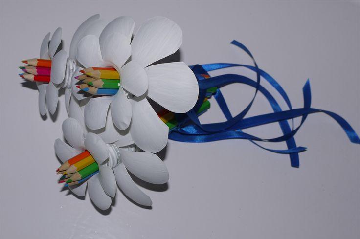 """Kisfiam óvodai ballagására készítettem """"virágcsokrot"""". Összesen 3 szál virágból állt a csokor. Egy szálhoz kell néhány darab színes ceruza (valami olcsóbb, egyszerűbb), 2 palack ásványvizes palack, akril festék, ragasztópisztoly. A 3 szálat összeragasztottam és kék szalaggal díszítettem."""
