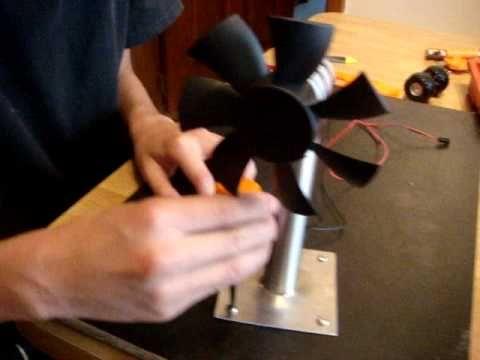 Se muestra como armar un generador eolico pequeño, se ven todas sus partes y se hacen pruebas de generacion hasta prender varios leds de varios colores, se generan 2 voltios.    LISTA DE MATERIALES:  * Generador o dínamo  * Hélice de ventilador de computadora  * Tubo plástico para acoplar generador a ventilador (puede servir un pedazo de mina de un ...