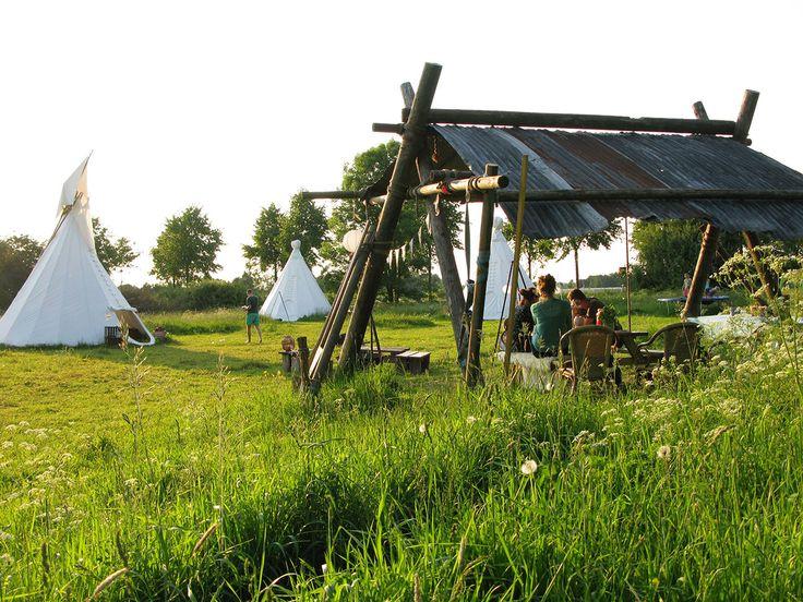 In het Wijland is een mobiele kampeerplek, (bijna) ieder jaar te vinden op een andere groene plek om deze als het ware tijdelijk tentoon te stellen. Want Nederland is mooi! En het is goed om ons af en toe los te maken van de haast van alledag, wifi en tablets en met aandacht écht samen te zijn met familie en vrienden.  #origineelovernachten #reizen #origineel #overnachten #slapen #vakantie #opreis #travel #uniek #bijzonder #slapen #hotel #bedandbreakfast #hostel