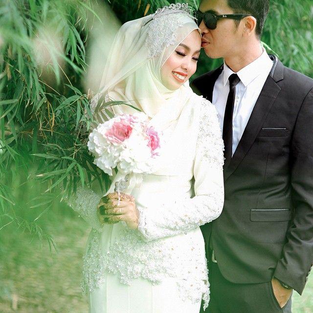 Eida & Rezza // reception .  MUA : @fareladriyan  Task for #ministryofmomentjb #wedding #portraiture by @fareedzainphotography #fareedzainphotography #malaywedding #malayweddingguide #eidarezzanaikpelamin