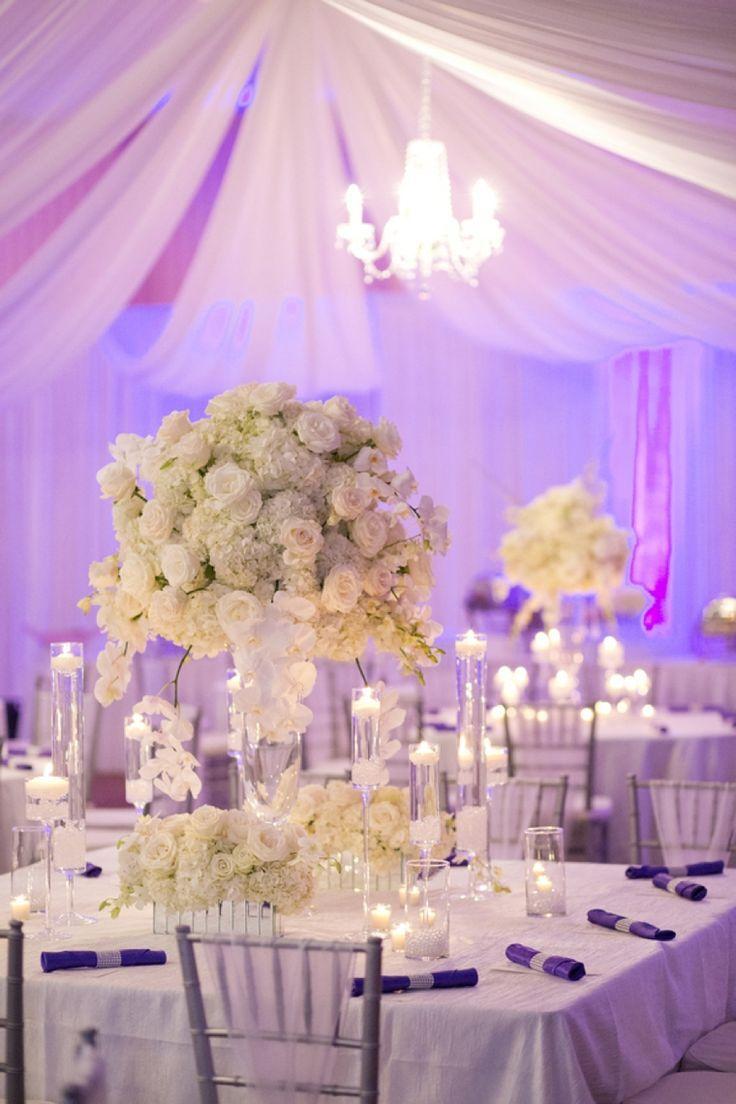 Centre de table avec des fleurs blances pour un mariage élégant et bicolore: serviettes violettes. A #Chambiers on aprouve ! #Purple #Wedding
