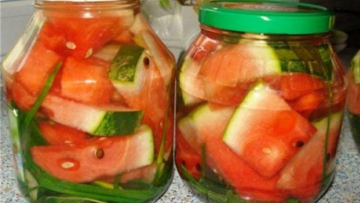 V-aţi plictisit de clasicele gogonele murate, de castraveţii muraţi sau de gogoşari? Vă oferim o reţeţă specială de murături: pepene verde murat la borcan. Pepenii verzi muraţi sunt cele delicioase murături, au un gust dulce acrişor şi sunt minunaţi lângă o friptură. Ingrediente: pepene verde 30 g de sare la 1 l de apă 15 …
