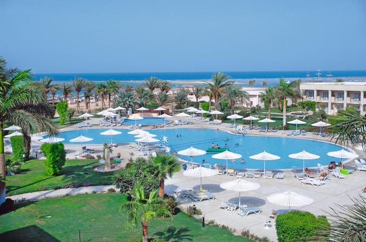 Hotel Royal Azur is een prima verzorgd 5-sterren hotel met een prachtig kleurrijk koraalrif direct voor de deur, waar u schitterend kunt duiken. Er zijn vele sportfaciliteiten, waaronder fitness, waterfietsen, kanoën, windsurfen, snorkelen, tennis, squash, beachvolleybal en een reuzenschaakspel. Tegen betaling kunt u paardrijden, duiken, bananariden en waterskiën. Daarnaast is er een uitgebreid animatieprogramma en een mooi wellnesscenter.