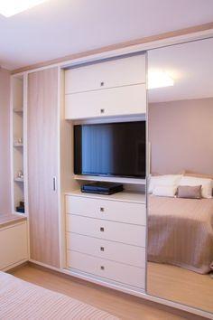 quarto pequeno com TV