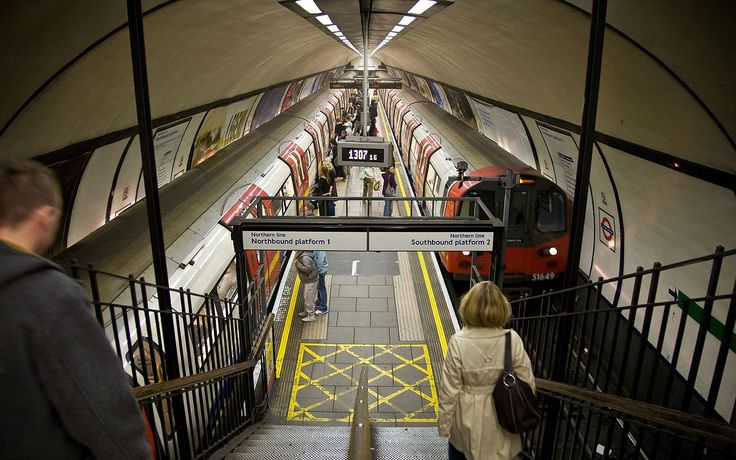 "* Londres * Capital da Inglaterra. ""Clapham Common Tube Station Platforms"".  2007."