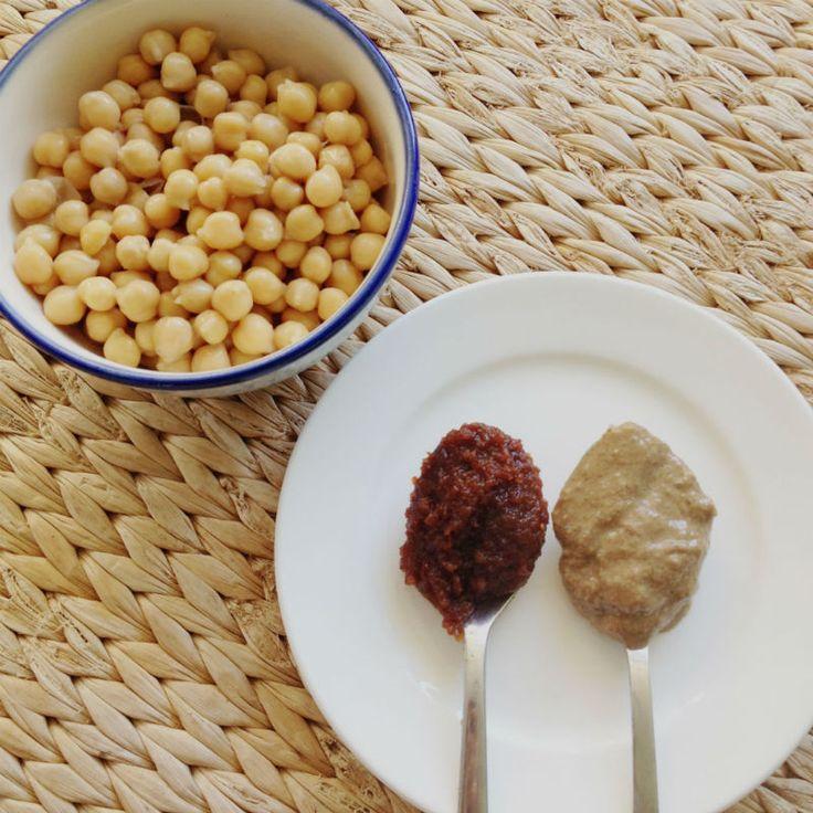 Graag deel ik met jullie mijn recept voor deze zéér eenvoudige Pittige Hummus. De gewone hummus kan soms een beetje saai worden, maar met sambal is dit echt ontzettend lekker. Een hele gezonde smaakmaker voor bij de lunch, bij je gestoomde groenten, of als tussendoortje op een rijstwafel. Ook leuk voor een feestje samen met …
