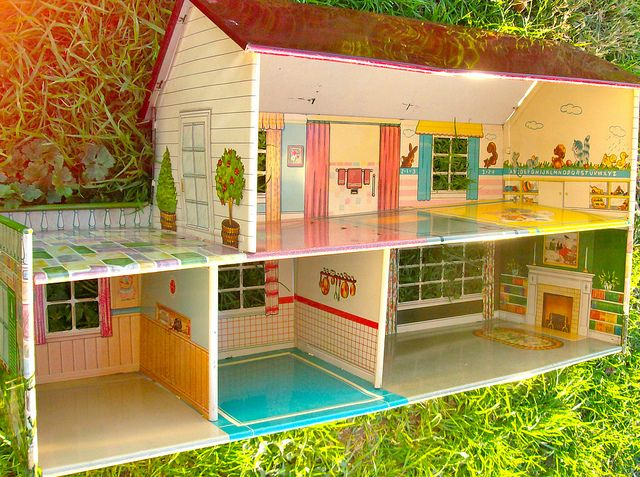 I got one of these for Christmas when I was about 5 years old. When my dad was putting it together, I stepped on a piece. Since it was made out of tin, I sliced my foot on it. Oh childhood memories!: 60 S, Childhood Memories, Dolls, Tin Litho Dollhouse, Tin Dollhouse, Vintage Toys, Dollhouses, Doll Houses