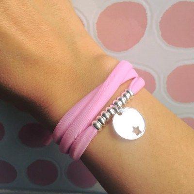 Pulsera de goma elástica rosa con placa de plata  Al confirmar el pedido indicar el mensaje a grabar  Posibilidad de escoger color de la goma  - See more at: http://www.girbesjoyas.com/es/joyas/pulseras/pulsera-goma-rosa-y-placa-detail#sthash.KBUvxlGL.dpuf