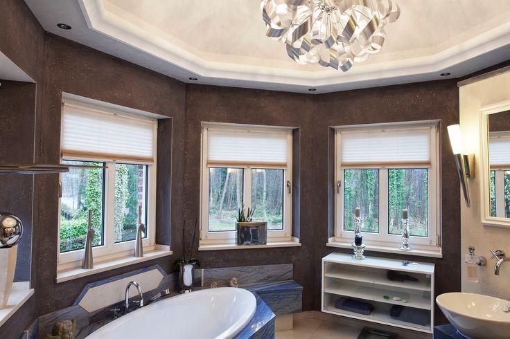 Badezimmer: Kuppel mit Designvlies von Caparol, Zierprofilleisten mit indirekter Beleuchtung von Orac Decor, Wandflächen mit Terra Stone Mineralischer Effektputz