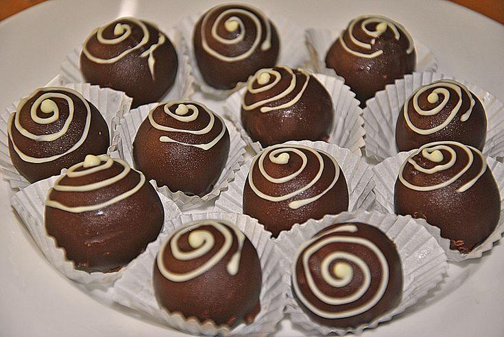 Zutaten 50 g Nüsse, gemahlen 25 g Puderzucker 50 g Schokolade (Zartbitter) 125 g Schokolade (Zartbitter) 5 EL Bailey's Irish Cream 150 g Schokolade (Zartbitter) Öl oder Kokosfett, zum Verdünnen Schokolade, hell, zum Verzieren