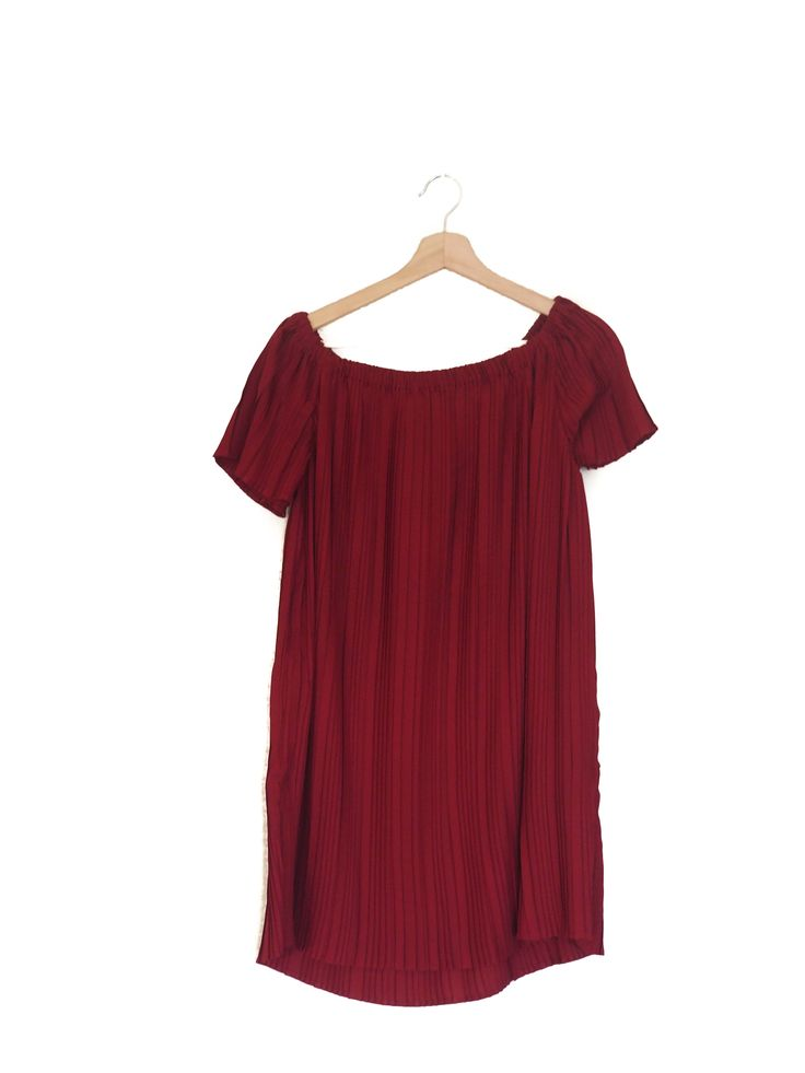 Short dress, pleated, burgundy, Stradivarius, summer, bardot  Vestido corto plisado, escote bardot, granate,