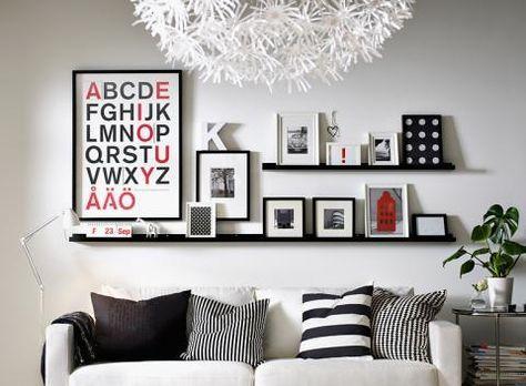 Ein Bilderleiste ist flexibel & du kannst deine Bilder beliebig anordnen. Dazu ein Hellgrau als Wandfarbe www.kolorat.de #'KOLORAT #Wandfarbe #Grau