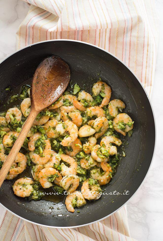 Preparando la Calamarata con gamberi e broccoli: http://www.tavolartegusto.it/2013/12/15/calamarata-con-gamberi-e-broccoli/