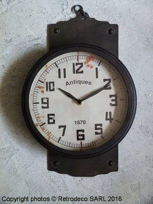 On aime cette horloge 1870 en métal patiné sur plaque à fixer au mur pour une déco d'ambiance brocante ou atelier. Une création Chehoma. Fonctionne avec une pile LR6.
