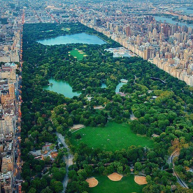 🌎Центральный парк Нью-Йорка (Central Park) | Нью-Йорк | США.🇺🇸 Ставь лайк❤ Комментируй💬 Подпишись☑ 🔔Включайте уведомление о новых публикациях🔔 . 📝Центральный парк — самый красивый, известный и популярный парк🌳 Нью-Йорка. Он занимает площадь 3,4 кв. километра. Его строительство🔨 началось уже в 1853 году, когда в растущем очень быстрыми темпами городе было решено создать неприкосновенный🚧 зеленый участок для отдыха жителей. В Центральном парке нередко проходили съемки фильмов,🎥 его…