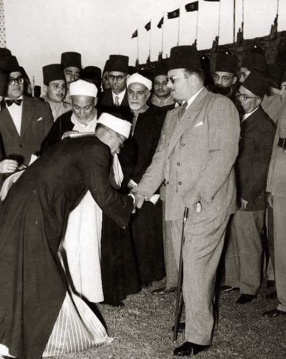 الملك فاروق الأول و عن يمينه الشيخ مصطفي عبد الرازق في إحدى المناسبات الدينية Walter Elias Disney Walt Disney Disney Mickey