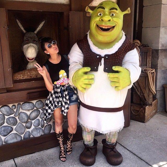 Shrek (é assim que escreve? Kkkk) e o burrinho . Calor infernal hoje no parque, meninas kkkk... Derretendo eternamente. Me sigam no snap  blogricademarre. #aeroturismo #aerodisney15 Look todo Forever 21