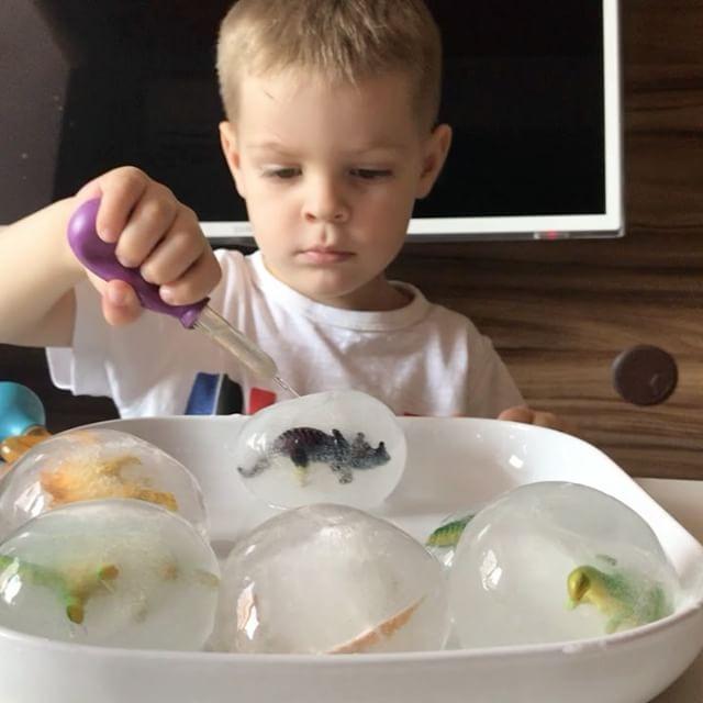 Самая увлекательная игра со льдом это конечно же яйца динозавров 🐲😍 Топим 💦☀️😃 Яйца делаются легко, с помощью воздушных шариков 🎈динозаврики маленькие , растягиваем пуцку, вкладываем дино и наполняем водой, натягивая шарик на смеситель, завязываем, замораживаем 😊 #артёмке3г11м #артёмкинлёд #артёмкинкиндер