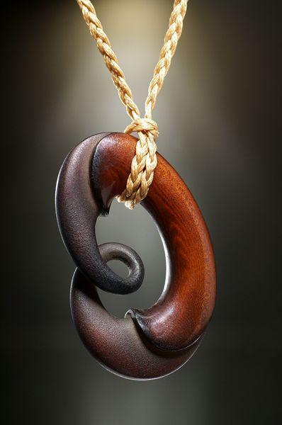 Schmuck Anhänger Unity Twist aus Steinnuss (Tagua Nut), designed by Kerry Thompson.