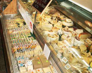 Tous les produits de la Fromagerie L'Ancêtre sont certifiés biologiques par Québec Vrai. La Fromagerie L'Ancêtre fabrique du cheddar biologique fait de lait non-pasteurisé et ayant différents temps de maturation; du cheddar doux aux cheddars vieillis 1 an à 5 ans, ainsi que du Parmesan et de l'Emmental-Suisse au lait non pasteurisé également. Le Cheddar Doux Marbré, le Frugal, la Mozzarella, la Chèvre et le Cheddar en grains, frais du jour, sont reconnus pour leur goût riche et authentique.