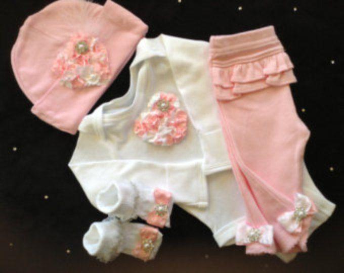 Recién nacido niña tomar casa equipo completo con mono de corazón de color rosa, que empareja los pantalones, sombrero y calcetines