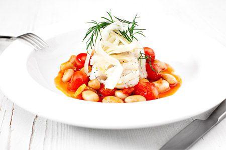 Ångad torsk med tomat, vita bönor och fänkål