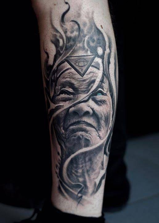 Retrato de una anciana de estilo black and grey. Artista Tatuador: Victor Portugal