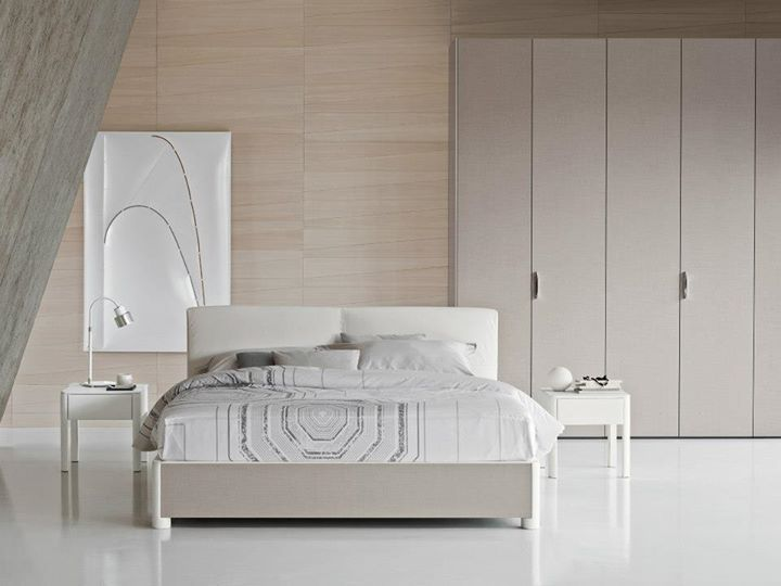 Bed Batò design Rodolfo Dordoni for Flou. Storage base in Style sand colour and headboard with leather cover Pelle199. On the bed, the bed-linen set Otto7019 and decorative cushions; night-tables Batò with leather cover Pelle199 // Letto Batò design Rodolfo Dordoni. Base contenitore finitura Style sabbia e testata con rivestimento Pelle199. Sul letto, coordinato copripiumino Otto7019 e cuscini decorativi; comodini Batò con rivestimento Pelle199 #InteriorDesign #HomeDecor #Design #Furnishings