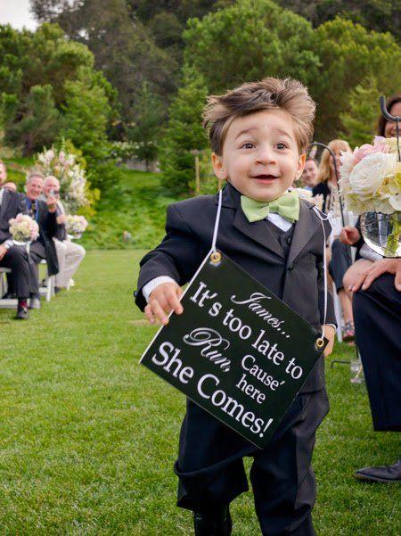 Entrada del cortejo nupcial con letrero para la llegada de la novia