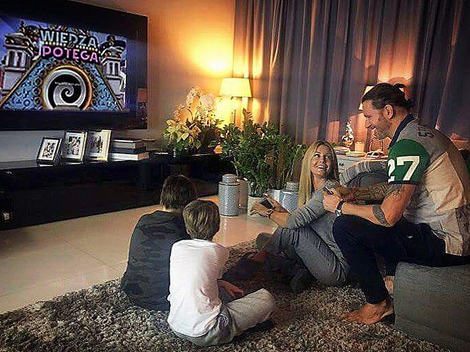 W taki dzień jak dziś, czasem lepiej jest pograć z rodziną 😊 #familytime #eveningtogether #funnymoments #homesweethome #PS4 #4ThePlayers #PlayLink #WiedzaToPotega @playstationpl