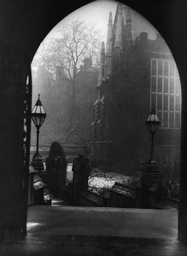Circa 1950: Middle Temple, Inns of Court. | 26 Haunting Photos Of The London Fog