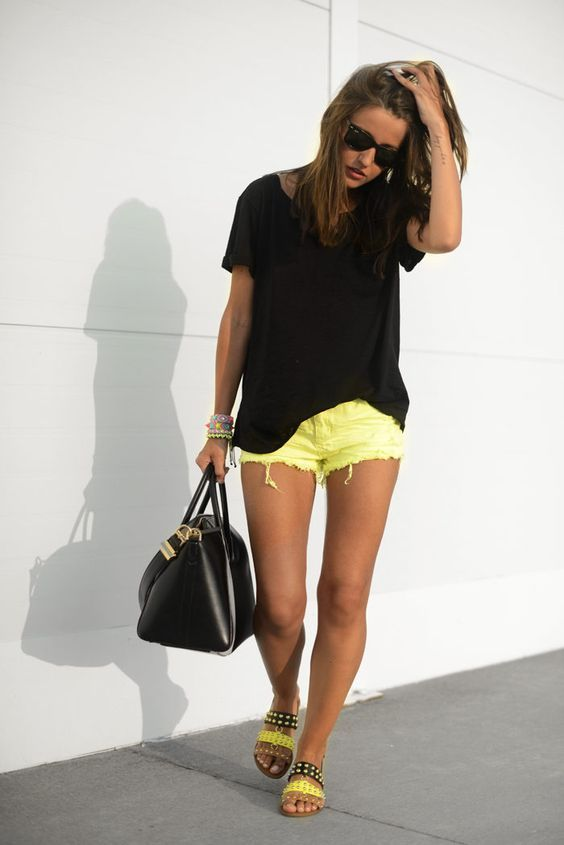 shorts amarillo y blusa roja