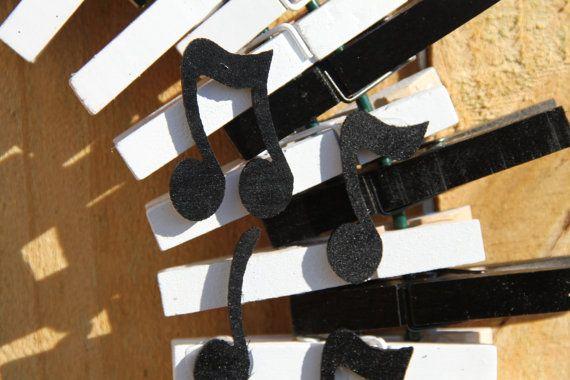 De kroon van de muziek, Piano toetsen krans, muzieknoten, Treble Clef, haakwerk de Decor van het huis van de muziek van de krans, kwartnoot,  Deze charmante muziek thema wasknijper krans is zeker indruk maken. Ontworpen om denken aan piano toetsen en versierd met een verdrievoudiging clef en muziek notities, ziet deze krans er geweldig uit op uw voordeur!  Krans is ongeveer 16 x 16. Inclusief verborgen opknoping draad.  Op zoek naar iets aangepaste? Laat het me weten! Ik ben graag samen met…