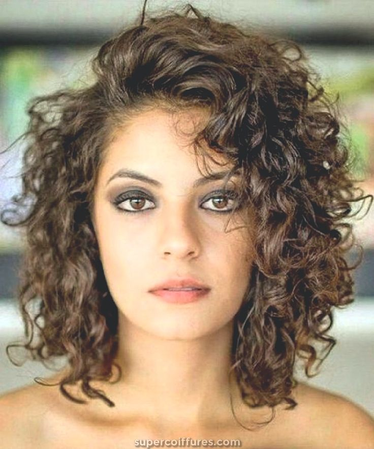20 coiffures frisées glamour mi-longues pour femmes