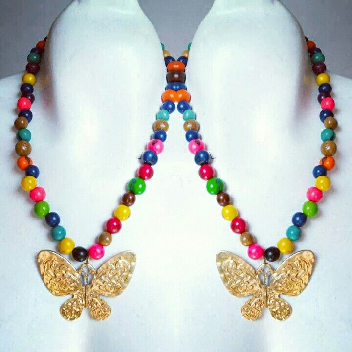 Collar en semillas de colores y placa en fanrasia