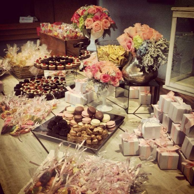 Candybar #Totalmentebistro Incluye: tarta fraiser, macarones, crême bruleé, fresas o cerezas, bombones, decoración con flores, pompones y globos de helio