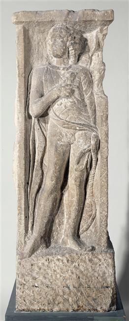 Pilier à quatre faces découvert en 1784 derrière la Sainte-Chapelle. Apollon est représenté de façon classique, sous les traits d'un beau jeune homme nu aux cheveux longs. L'arc, à sa droite, et le carquois, dans son dos, sont ses attributs habituels, de même que la lyre, posée à sa gauche. Le dieu tient sur sa poitrine un petit animal, un dauphin.